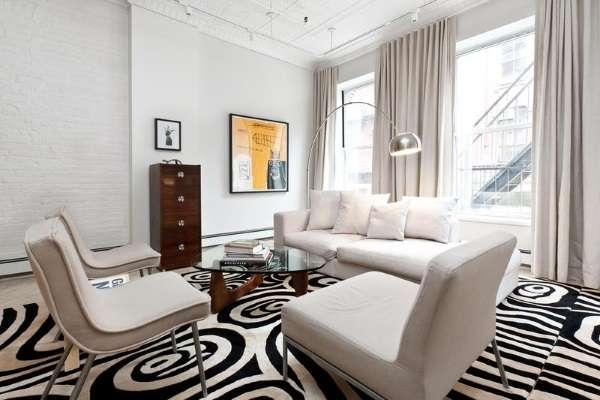 Черно-белый ковер в гостиную с современным рисунком