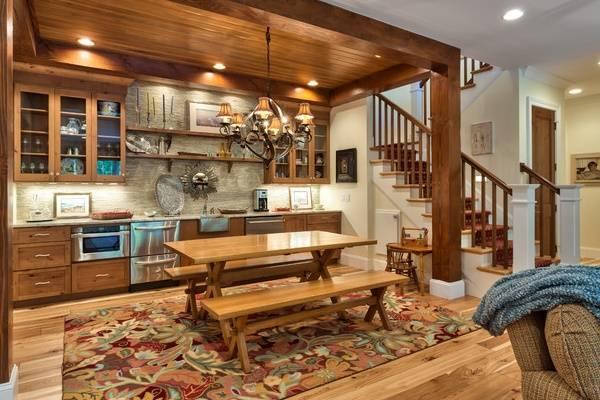 Интерьер кухни гостиной на первом этаже деревянного дома