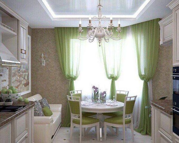 кухня с обеденной зоной у окна с эркером