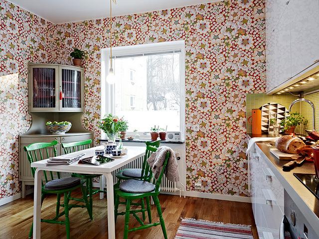 кухня с обеденной зоной у окна