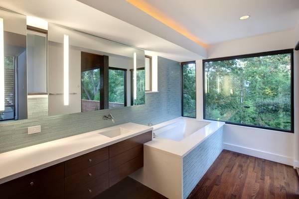 Скрытая подсветка потолка в ванной под широким плинтусом