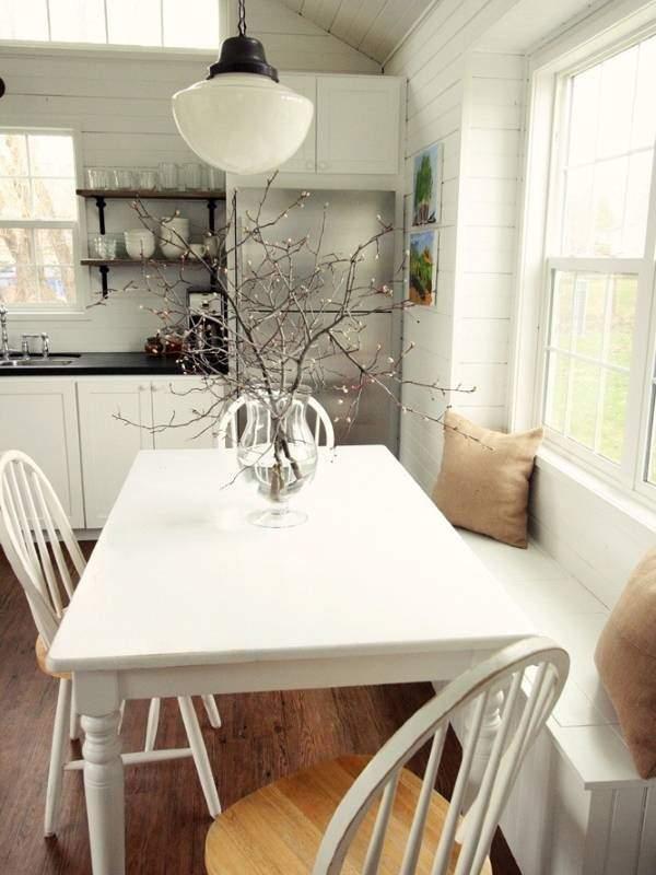 Столовая зона на маленькой кухне у окна