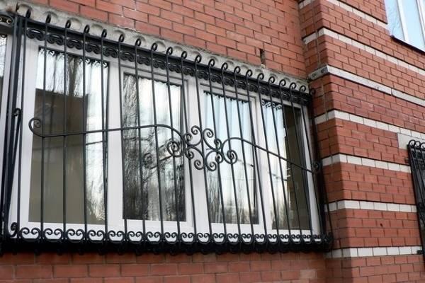 Металлические решетки на окна и балконы большого размера