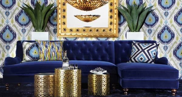 Синие модные обои с рисунком - фото в интерьере гостиной