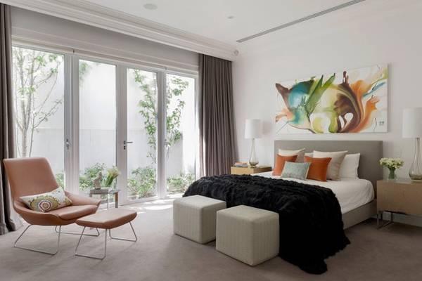 Серо-коричневые шторы в дизайне спальни