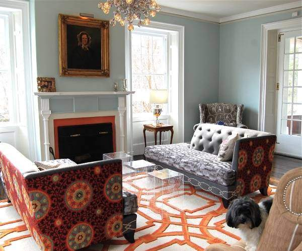 Мягкая индийская мебель в гостиной с яркой обивкой