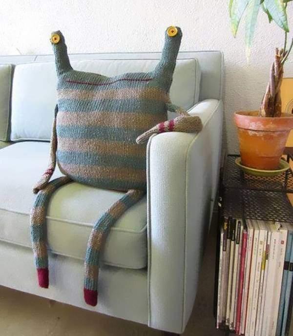 Идеи как создать вязанные подушки на диван спицами
