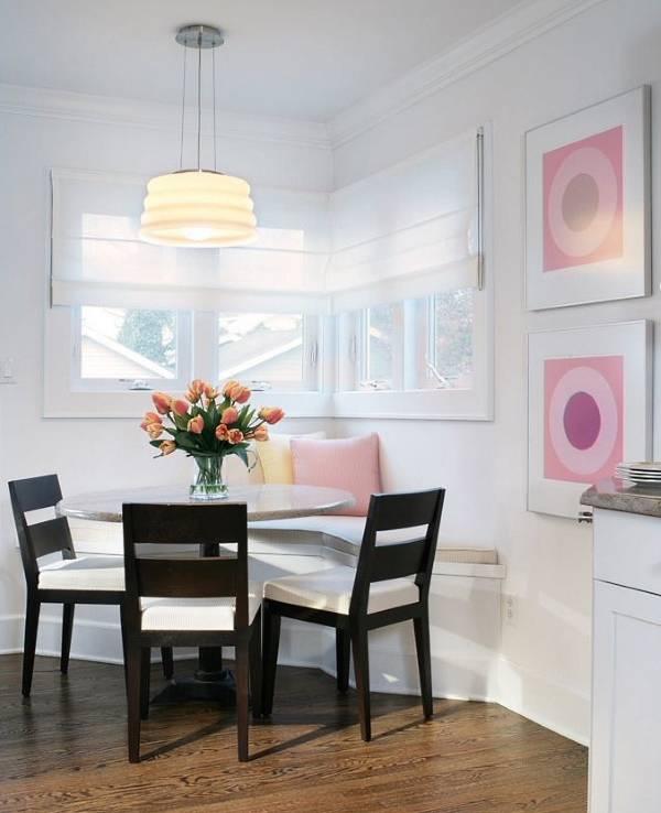 Дизайн угловой обеденной зоны на кухне возле окна