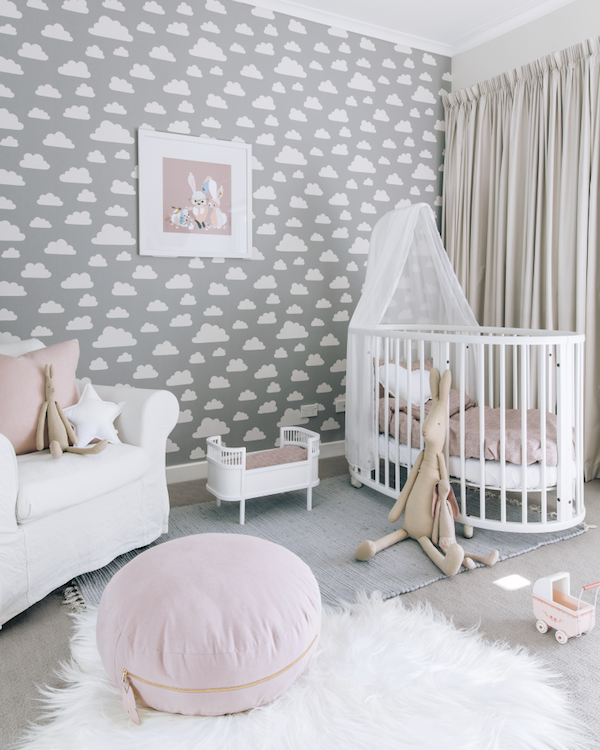 Нежные серые обои в детскую для девочек - фото комнаты