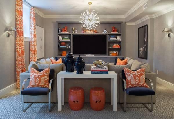 Сочетание оранжевых штор с серо-бежевыми обоями