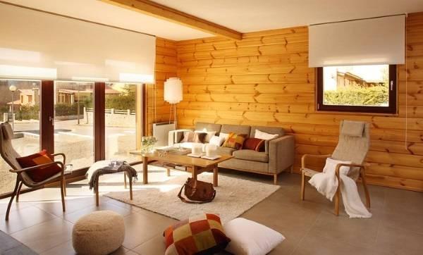 Деревянные стены в интерьере гостиной частного дома