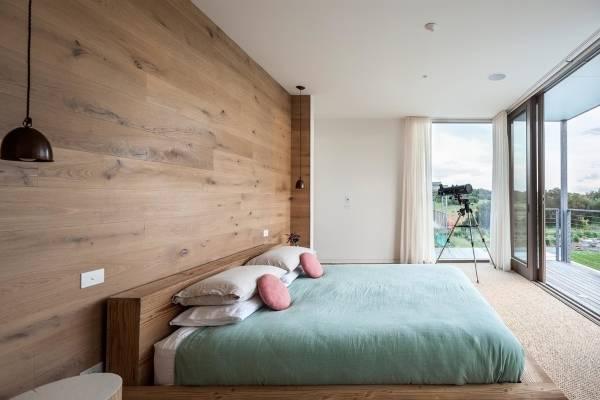 Отделка стен деревом - фото современной спальни