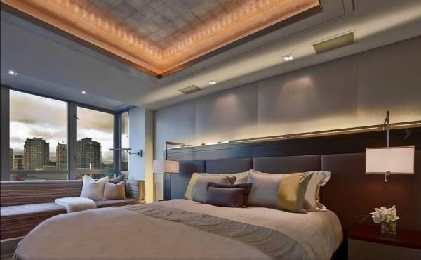 Подсветка потолка светодиодной лентой под плинтусом - фото в спальне
