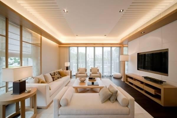 Подсветка натяжного потолка светодиодной лентой под плинтусом - фото в зале