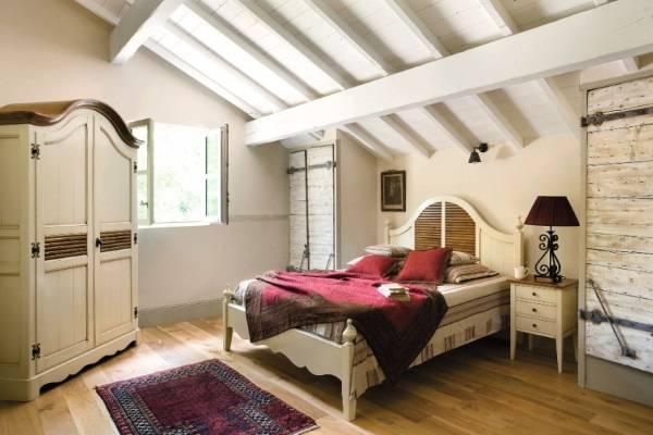 Кровать в стиле прованс со строго подобранной мебелью