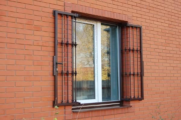 Распашные оконные решетки из металла с замком