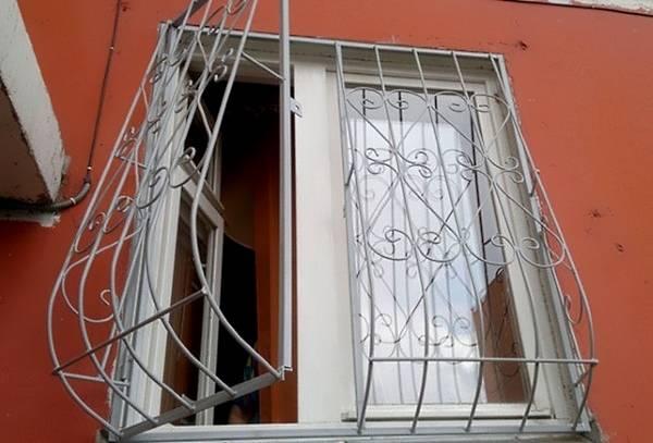 Распашные красивые решетки на окна - фото дома снаружи
