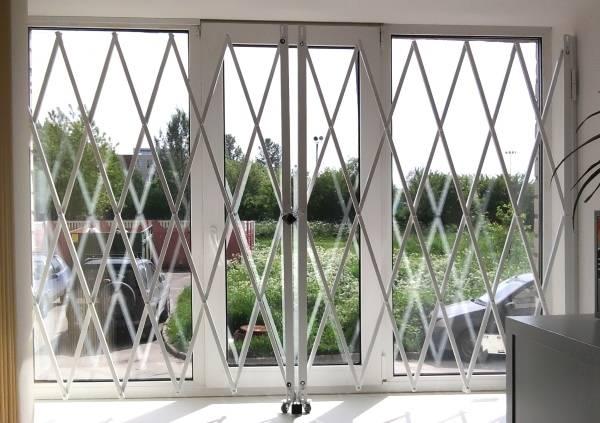 Раздвижные решетки на окна первого этажа