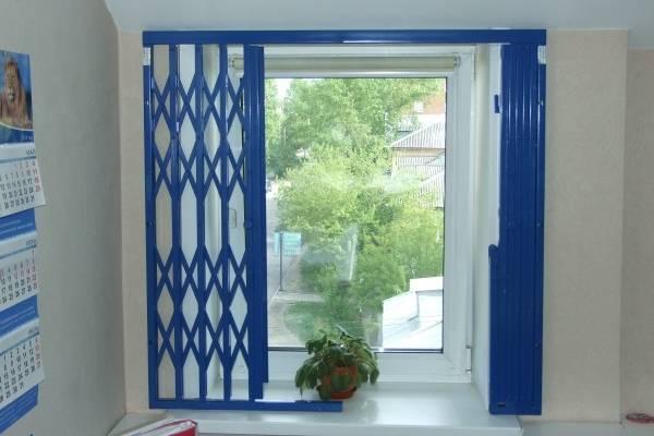 Внутренние решетки на окна - раздвижные синего цвета