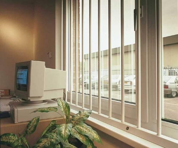 Белые решетки на окна - фото изнутри дома