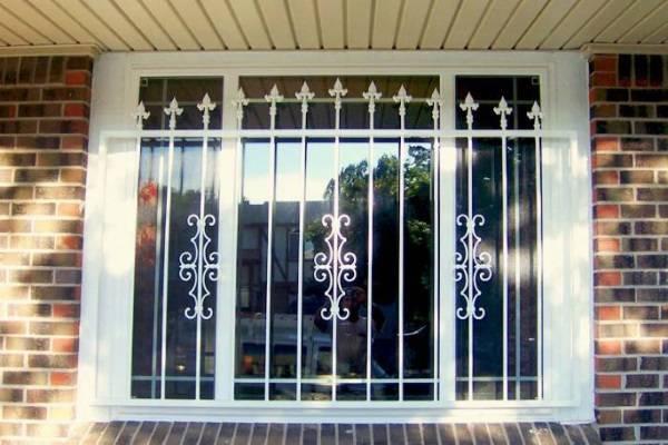 Красивые решетки на окна частного дома из кирпича