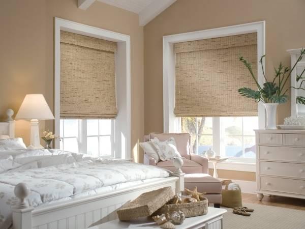 Бамбуковые римские шторы в интерьере спальни 2016