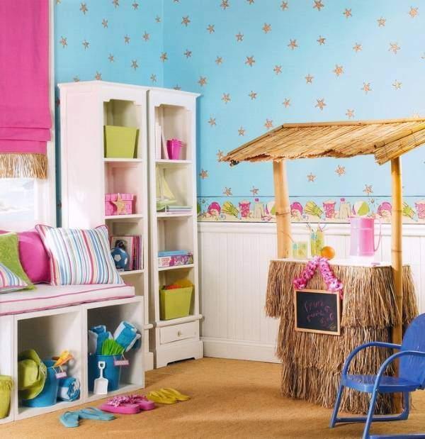Розово-голубые обои и панели на стенах в детской комнате