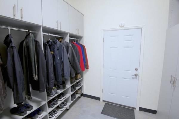 Дизайн шкафов в прихожую с открытыми полками и секциями