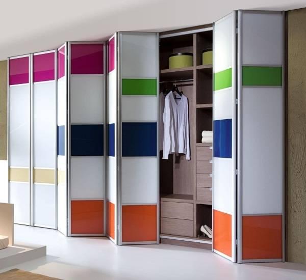 Встроенные шкафы в прихожей - фото с дверью гармошкой