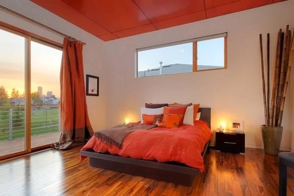 Яркий красные шторы в интерьере спальни - фото