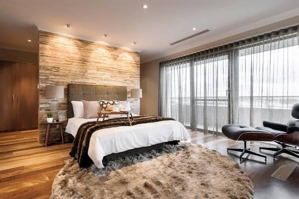 Модные серые шторы в интерьере спальни - фото