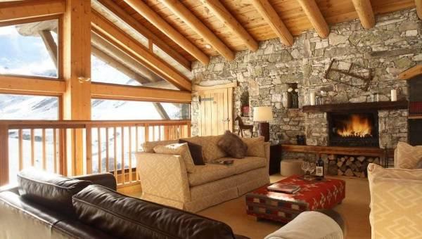 Дизайн деревянного шале с каменной отделкой стен внутри