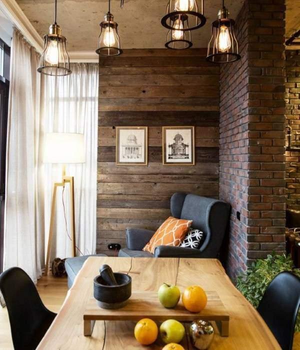 Декоративная отделка стен деревом в сочетании с кирпичной стеной