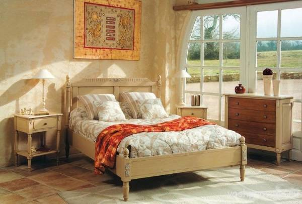 Кровать в стиле прованс и прочая мебель в интерьере