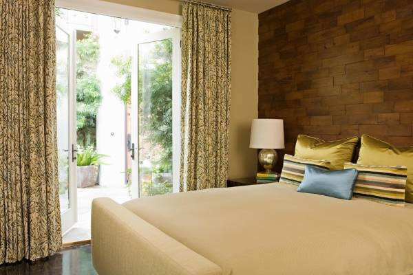 Деревянные панели в интерьере - фото спальни