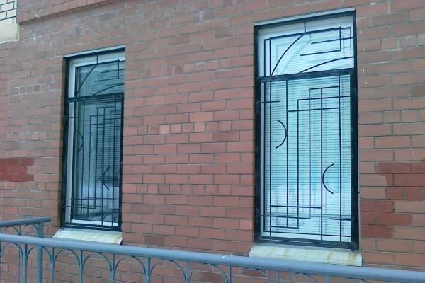 Сварные решетки на окна - фото экстерьера дома