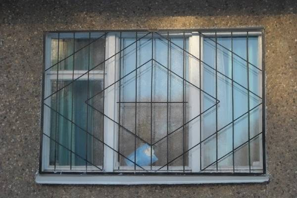Сварные металлические решетки на окна - фото с фасада