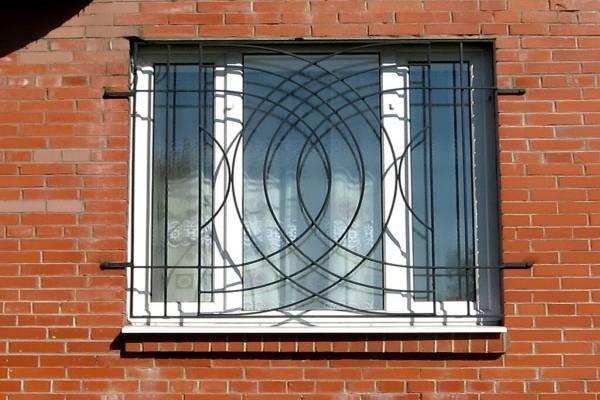 Современные оконные решетки - фото на первом этаже