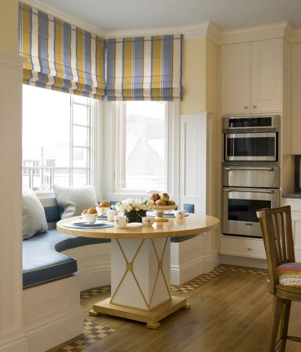 Обеденная зона с угловым диваном - фото в эркере кухни