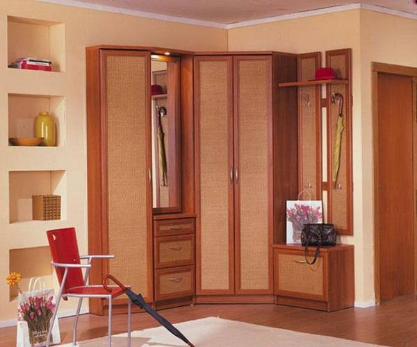 Угловой встроенный шкаф в прихожей - фото красивого дизайна