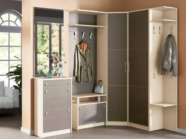Угловой шкаф купе в прихожую серого цвета с кремовым