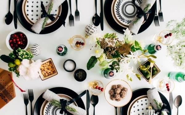 Идея сервировки новогоднего стола в черно-белом цвете