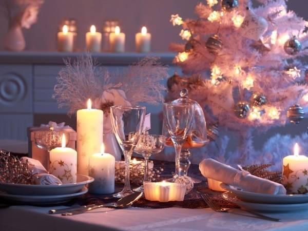 Красивый новогодний стол - фото для вдохновения украшениями