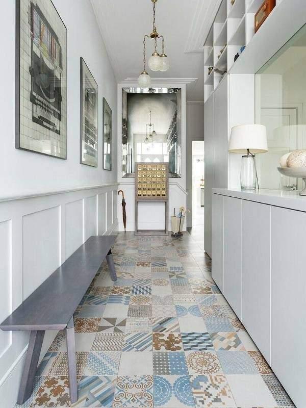 Интерьер узкого коридора с красивой мебелью и встроенным шкафом