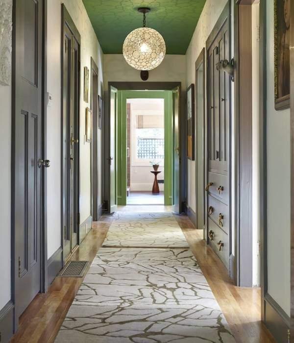 Стильный узкий коридор - фото с зеленым потолком