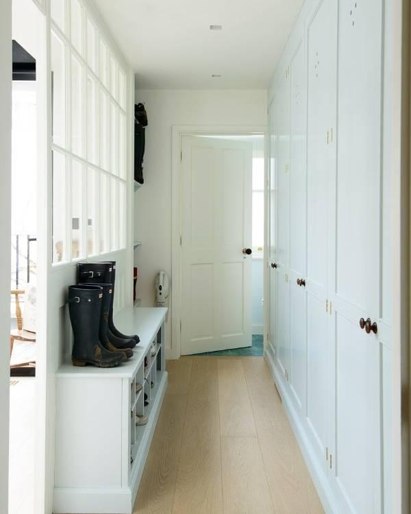 Дизайн длинного узкого коридора со встроенной мебелью