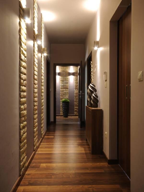 Темные обои для узкого коридора - фото интерьера