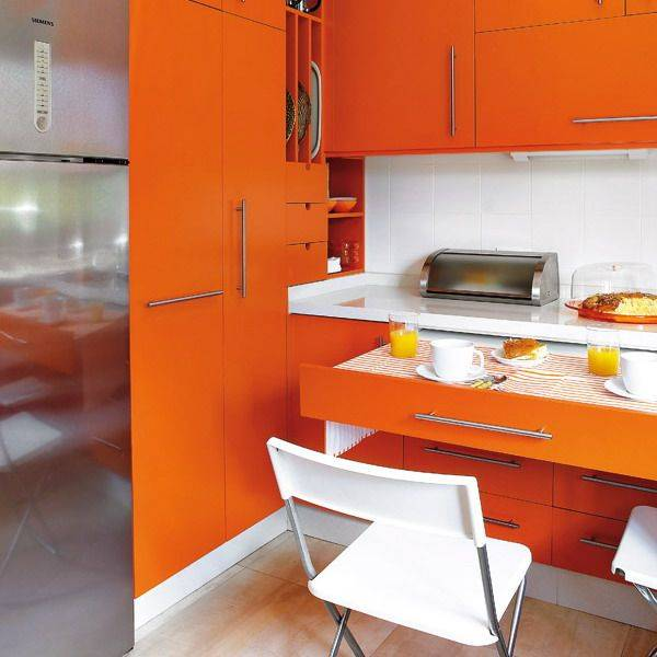 Выдвижная столешница в дизайне обеденной зоны кухни