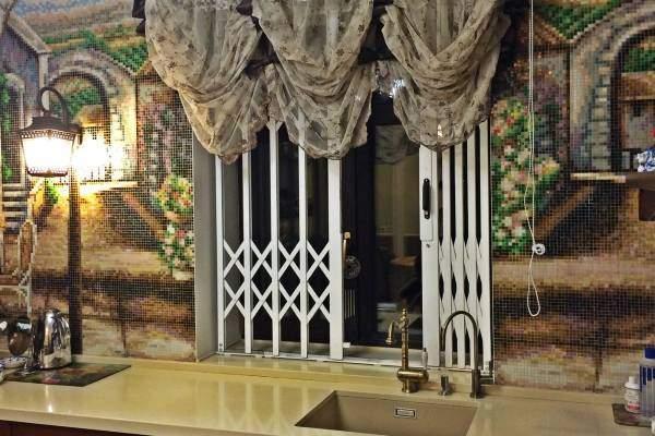 Внутренние раздвижные решетки на окнах кухни