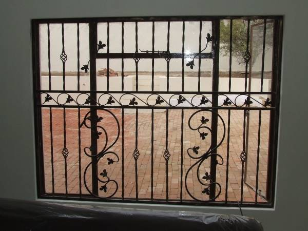 Красивые кованые решетки на окна - фото дома
